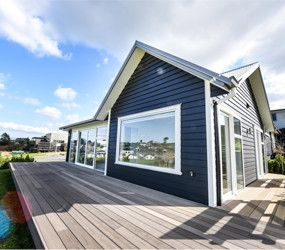 James Hardie Linea on a beach style home #beachliving #jameshardielinea #linea #weatherboard #navybluehouse
