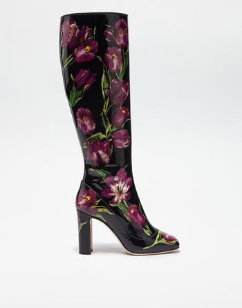 <i>A recurring floral design element in the Fall-Winter 2016 collection is the tulip, which appears in prints, elegant embroidery and jeweled appliqués. The different shades of color in its petals are accentuated by the black background of the various fabrics and materials. </i><br><br>Jackie boot in glossy patent leather with tulip print:<br>• 90 mm leather-covered heel<br>• Leather insole with branded label<br>• Branded leather sole<br>• Zipper closure on inside facing side<br>• Made in…