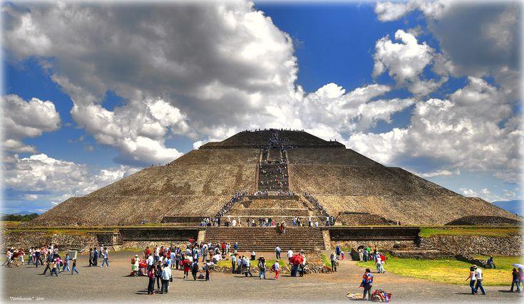 Pyramid of the Sun, Teotihuacan, Mexico.    la piràmide del Sol (by Seracat)