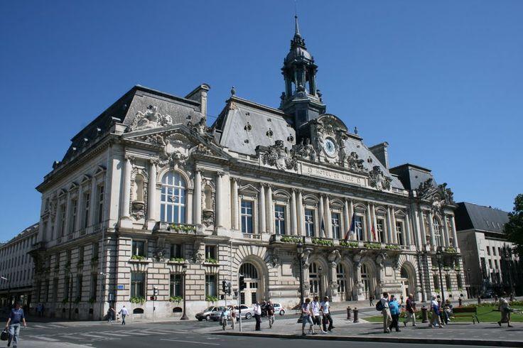 Mercure Centre Loire est le spécialiste de l'immobilier de prestige dans le centre de la France : le Berry, la Sologne, le Val de Loire et la Touraine, où un large choix de châteaux, manoirs, maison de maître et maisons fortes est offert.  Elle propose aussi dans le domaine rural, des chasses, forêts, domaines agricoles, maisons de campagne et de caractère ou des longères. Pour satisfaire l'ensemble de sa clientèle, l'agence propose enfin des hôtels particuliers, de beaux appartements, des…