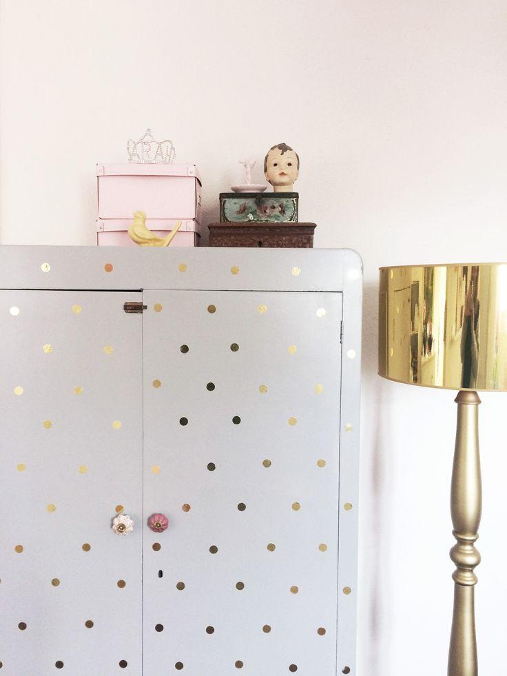 Prachtstijl | Styling Meisjes slaapkamer Grijze kast met gouden dots | Gouden lamp