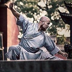 Rood Zwart Kung Fu pak kopen? <br /> Een bijzonder mooi afgewerkt Kung fu pak. Een Kung Fu jas met mooi afgewerkte knoopjes. Een uniek design dit Kung Fu pak. De Kung Fu broek is voorzien van een stiek om de taille en een koord zodat de Kung Fu broek eenv
