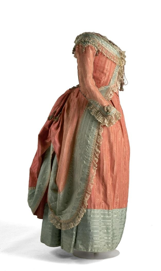 Polonaise c. 1775-1780, Museo del Traje Looking closer : this is not a true polonaise : there is a seam at the waist on the side.