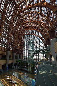 アトリウム(atrium)は、ガラスやアクリルパネルなど光を通す材質の屋根で覆われた大規模な空間のこと。内部公開空地ともいう。  ホテルや大規模商業施設、オフィスビル、マンションのエントランスに設けられる例が多い。  ギリシャ神話で宮殿の水盤のある中庭をアトリウムと呼んでおり(現代のギリシャ語では「明るい・晴れた」という意味)、そこからラテン語で古代ローマ時代の住居の中庭を意味するようになった。「アトリエ」の語源にあたる。  古代ローマ時代の住居の中庭は玄関奥に配置された広間で、そこには大きな天窓があり、その下に雨を受ける水盤が置かれ床には大理石が敷き詰められ、人々が集まる社交場の役割を果たしていた。  20世紀後半以降の現代建築において、エントランスホールに壁面や天井にガラスを使用した吹き抜けがある開放的な空間が設けられるようになり、それをアトリウムと呼ぶようになった。