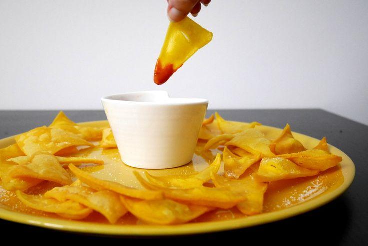 """nachos messicaningredienti per circa 30 nachos:  250 gr di farina di mais (l'ideale è quella messicana, il alternativa comprate la varietà """"fioretta"""") Un pizzico di sale Acqua q.b. Olio per friggere"""