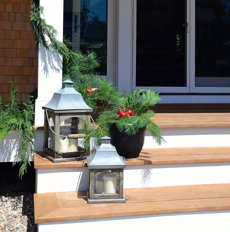 Invite guests into your home with a little holiday warmth this season. Create your own porch décor with our winter holiday decoration ideas. You can even use materials from your own garden! Click in for more details.