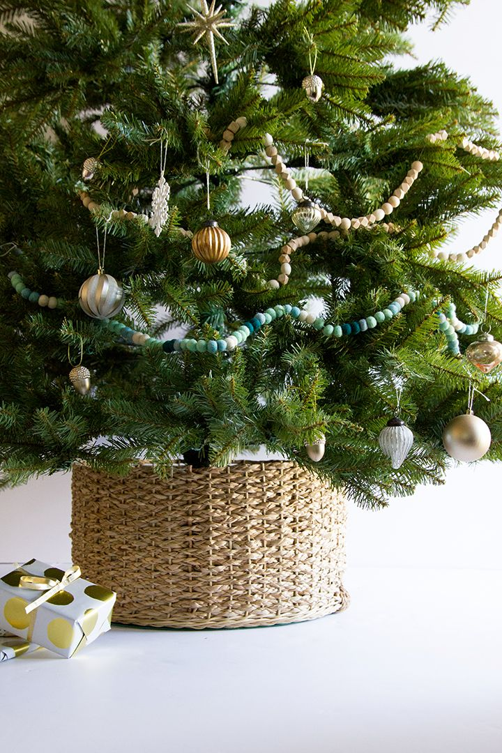 Diy Christmas Tree Basket Collar Alice And Lois Diy Christmas Tree Christmas Tree In Basket Christmas Decorations Rustic