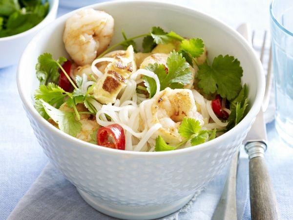 Makkelijke thaise noedelsalade met scampi's, chilipeper, limoen en koriander