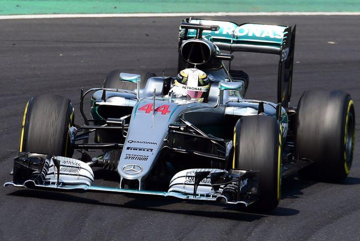 Mercedes-Benz F1 W07 Hybrid #44 @LewisHamilton venceu o GP da Hungria pela quinta vez seguida e agora é o novo líder do campeonato! Nico Rosberg ficou em segundo e Ricciardo na terceira colocação. Não foi uma corrida boa para os brasileiros: Felipe Nasr ficou em 17º e Felipe Massa em 18º. Veja a classificação completa do Grande Prêmio da Hungria: 1: Lewis Hamilton (GBR/Mercedes) 2: Nico Rosberg (ALE/Mercedes) 3: Daniel Ricciardo (AUS/Red Bull) 4: Sebastian Vettel (ALE/Ferrari) 5: Max V...