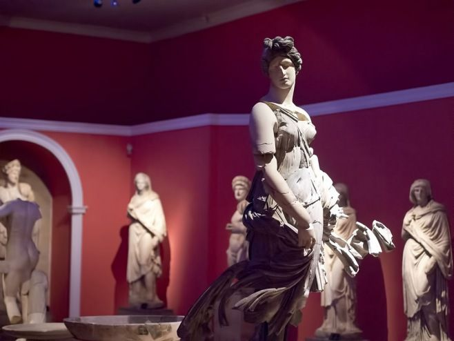 Akdeniz'in İncisi ANTALYA - Antalya müzesi: Antalya Müzesi bugün 30.000 metre kareye kaplayan bir alanda 14 sergi salonu ile tarih öncesi döneme ait buluntular, imparator heykelleri, mozaik ve ikonalar, mermer portreler, lahitler, seramikler, sikkeler, etnografik eserler, fosiller ve arkeolojik kazılardan elde edilmiş eserlerle zengin bir koleksiyona sahiptir. Atatürk evi müzesi, Suna İnan Kıraç Kaleiçi müzesi, oyuncak müzesi, Perge müzesi, etnografya müzesi ve Alanya müzesi şehirdeki diğer…