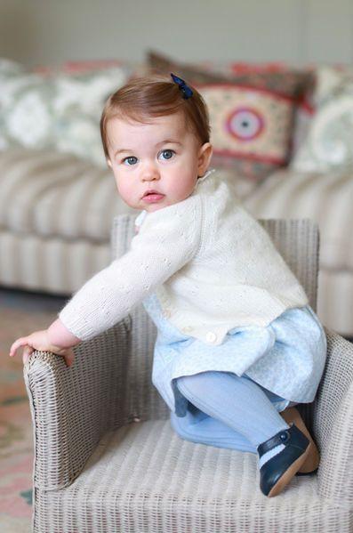 A la veille de son premier anniversaire, la princesse Charlotte pose pour des photos prises par sa mère Kate, la duchesse de Cambridge.