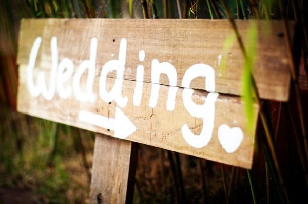 Plaquinha  casamento ao ar livre.