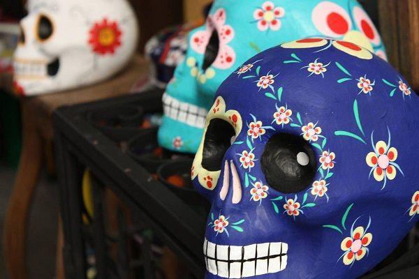 calaveras pintadas decoradas con puntos - Buscar con Google
