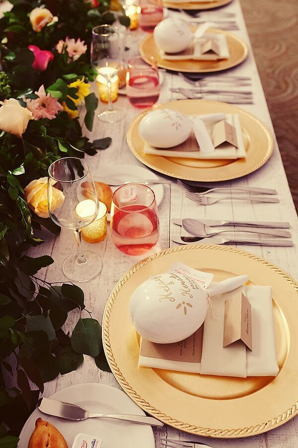 Festive wedding place settings with Maracas | Modern Mexico destination wedding at Finest Playa Mujeres (Quetzal Photo)