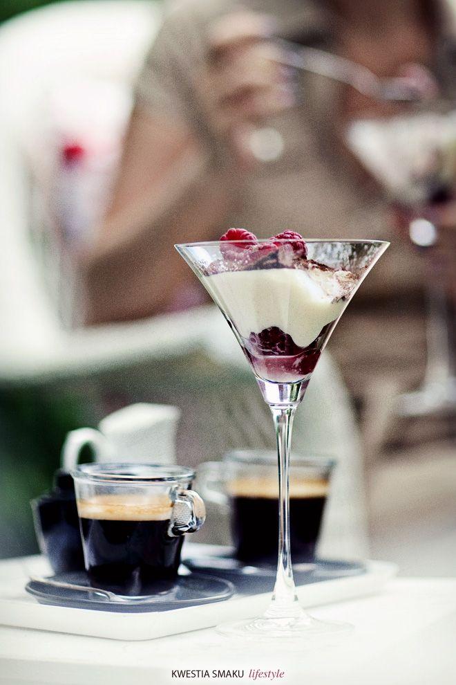 Mus z białą czekoladą i malinami  { White Chocolate Mousse with Raspberries, Malibu-Liqueur and Cocoa-Layer }
