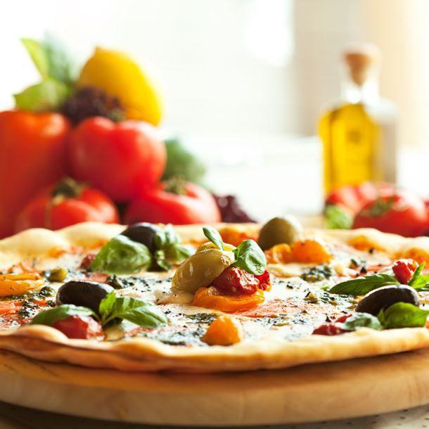 Pizza olives, mozzarella, tomates et pesto