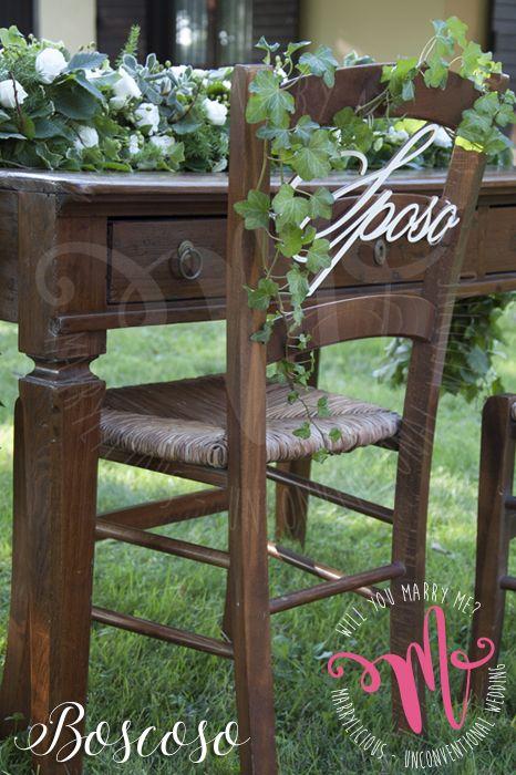Seduta dello sposo con edera e decorazione in legno. Creata da Marrylicious. - Groom sitting with ivy and wooden decoration. Created by Marrylicious.