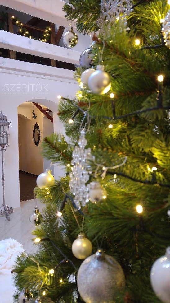 Fehér karácsony – a lakásban. Olvasónktól kaptuk a képeket. Ilona a romantikus vintage, shabby chic lakberendezési stílus híve. Tárgyait gondosan válogatja össze, az antik, rusztikus kiegészí…