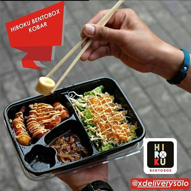 Buat yang penasaran mencicipi Bento , nasi box ala Jepang itu hloo. .Inni dia tempat makan yang sip tenan makanan Jepang tapi halal lho, bisa di check lagi kehalalannya coba aja di @hirokubentobox_kobar . makananannya yang segar karena dimasak langsung. bukan tipe fastfood2an gt,, harganya juga murah, . . Alamat : Jalan kenanga no 21 Kota Barat Solo. . .  BENTO I (20K) - Nasi Putih + Nori - Chicken Teriyaki - Chicken Katsu (double) - Fishroll - Oboro (tuna) - Salad  BENTO BOX II (20K) - Nasi…