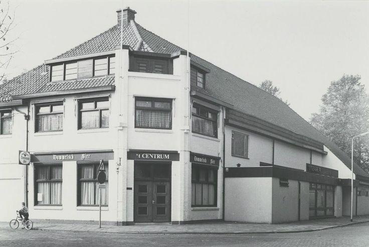 """Café 't Centrum, voorheen Het Bondsgebouw aan het Oranjeplein. Het is gebouwd door de (textiel)Vakbond. Later werd het café """" 't Centrum"""" met als kastelein Toon van Dongen. Hierna werd het een Chinees restaurant """"Lei Ping"""". Nu is er een zorgcentrum gevestigd"""