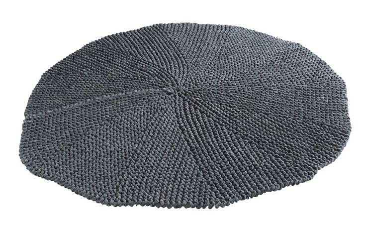 Muubs Organic Stilla Tæppe - Grå - Smukt håndlavet tæppe fra Muubs. Tæppet er fremstillet i mørkegrå bomuld og er ideel til badeværelset, soveværelset eller under juletræet i stuen.