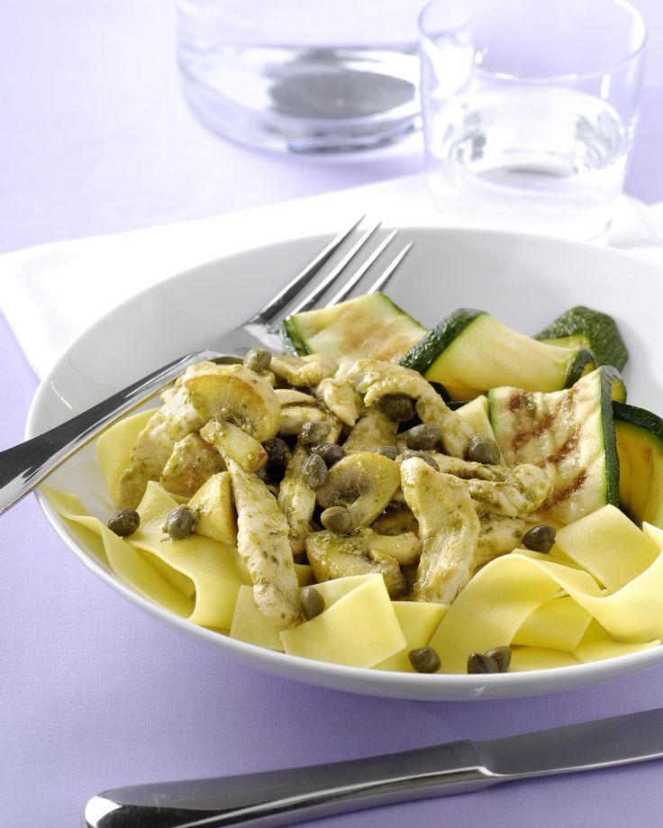 Geroerbakte kip met pesto, gegrilde groente en pappardelle