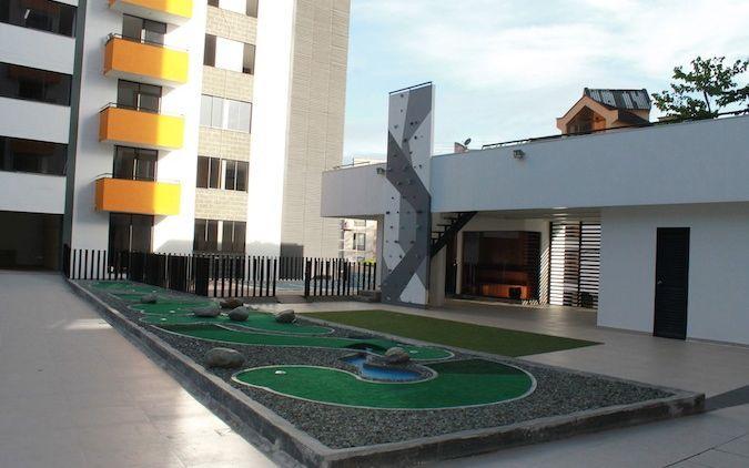 Piscina Juegos infantiles Zonas verdes Salón de reuniones