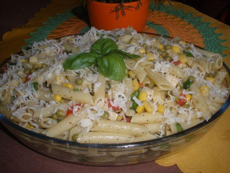 TĚSTOVINOVÝ SALÁT S ČESNEKEM A BAZALKOU Uvařené těstoviny,hrášek a kukuřice z plechu,nakrájenou papriku a jarní cibulku,eidam na kostičky,trochu vegety,utřený česnek,sušenou i čerstvou bazalku a olivový olej.Promícháme,ozdobíme a dáme vychladit.