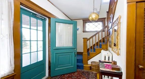 Via honeyandfitz.blogspot.com. I love this foyer and the turquoise door.