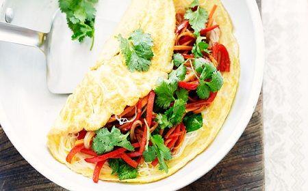Prepara un rico omelette de fideos y vegetales