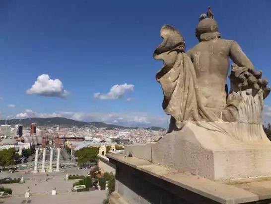 国立宮殿の正面・北側には舗装路の広場があり憩いの場 スペイン バルセロナ モンジュイックの丘