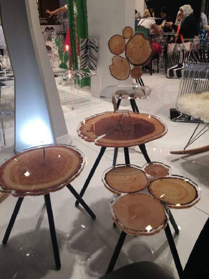 Коллекция мебели из акрила с проклейкой разнообразных принтов, например, в виде деревянных срезов