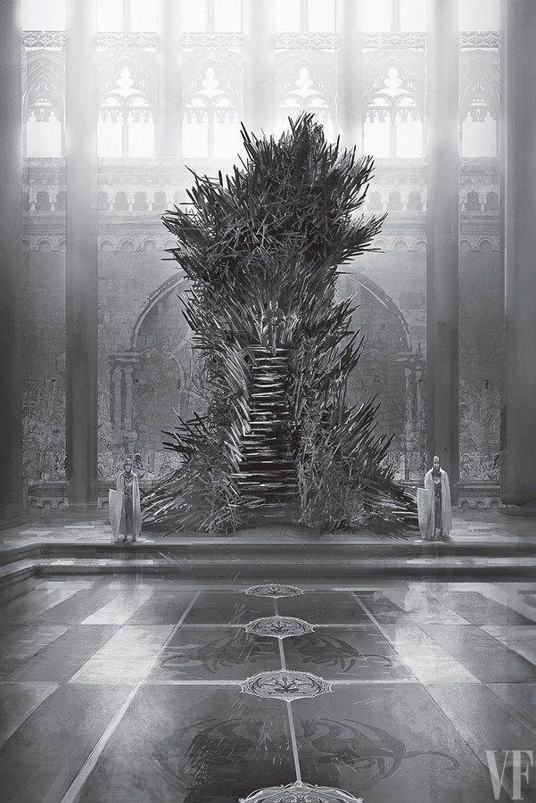 De koning van de 7 koninkrijken, is gevestigd in Koningslanding, in Westeros. In de Rode Burcht staat een ijzeren troon, bedacht door een koning die al de zwaarden van zijn vijanden wilden omsmelten tot een ijzeren kunstwerk.