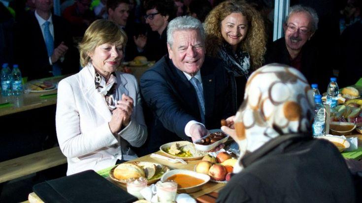Als erster deutscher Bundespräsident hat Joachim Gauck am gestrigen Abend in Berlin am Fastenbrechen teilgenommen, dem Höhepunkt des Tages im Ramadan. Dabei sprach er sich für ein gleichberechtigtes Miteinander der Religionen aus und warnte davor, Muslime aus Angst vor Terror unter Generalverdacht zu stellen.