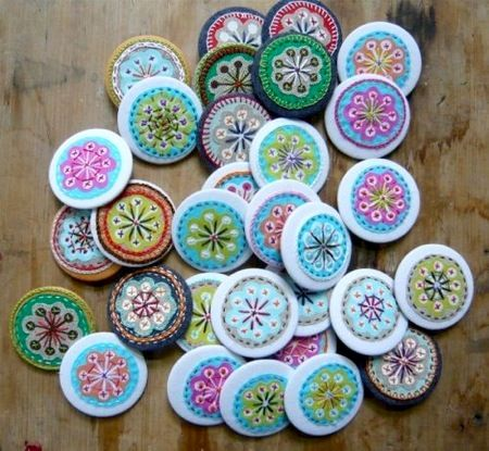 Embroidered buttons: Embroidery Embroidery, Beautiful Embroidered, Embroidered Pin, Buttons Hands, Buttons Buttons, Fun Buttons, Felt Embroidery, Felt Mandala, Embroidered Buttons Cut
