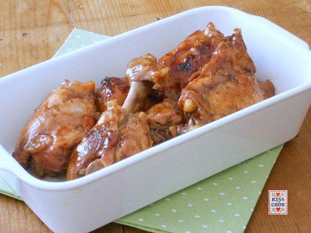 Pollo al miele e aceto balsamico, che viene cotto senza grassi aggiunti, a renderlo saporito sono sufficienti gli altri ingredienti della ricetta