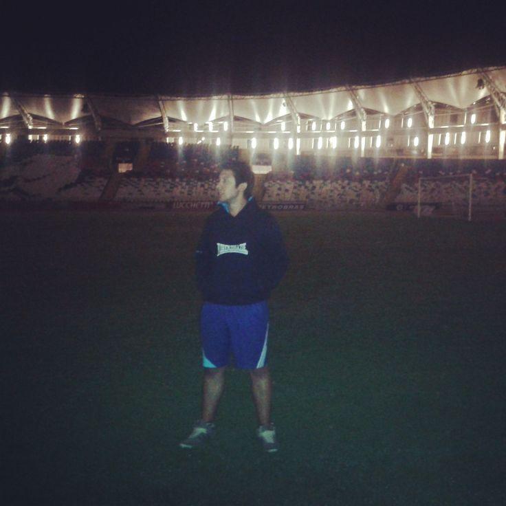 Pisando el pasto del Estadio Regional Calvo y Bascuñan en Antofagasta, Antofagasta