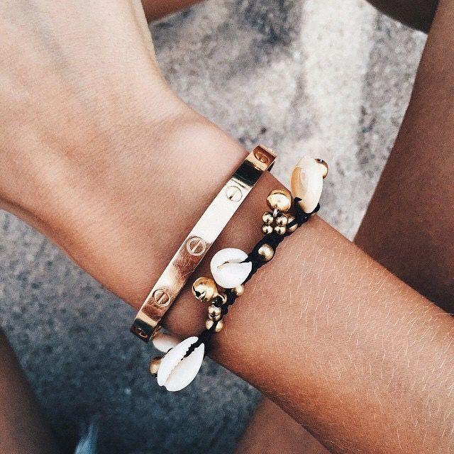 Jonc doré + bracelet piqué de coquillages = le bon mix