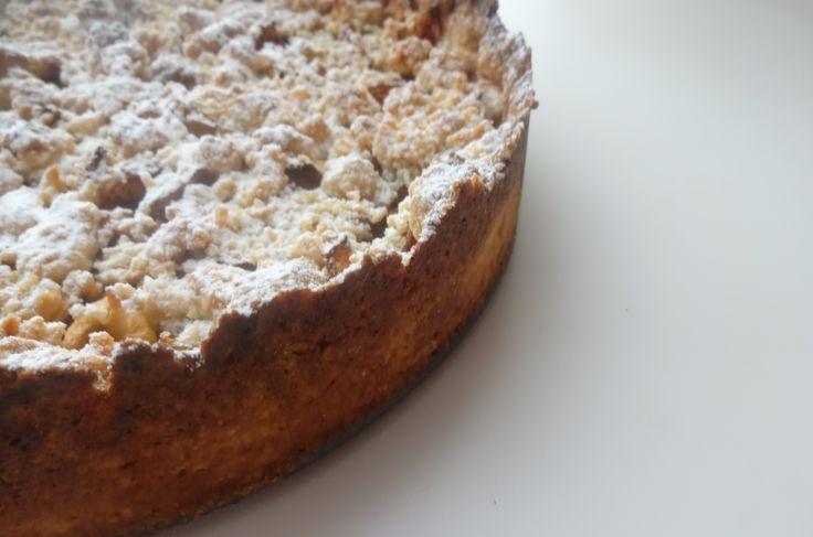 Składniki: 280 g mąki razowej orkiszowej 120 g zimnego masła 120 g brązowego cukru 1 jajko szczypta soli 1 kg jabłek szara reneta cynamon Zimne masło siekamy. Dodajemy mąkę, cukier, jajko, sól. Łąc…