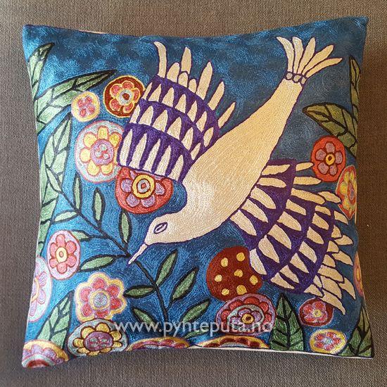 Pyntepute - Kolibri. Putetrekket er brodert i silke og bomull, og har et fint design med et fargerikt fuglemotiv. Det abstrakte uttrykket og bruken av spennende farger skaper en spennende detalj i interiøret ditt. Fargene i denne puten er hvit, blå, lilla, rustrød, gul, grønn, rosa, kobberbrun og svart. Fra nettbutikken www.pynteputa.no #pyntepute #pynteputer #pynteputa #farger