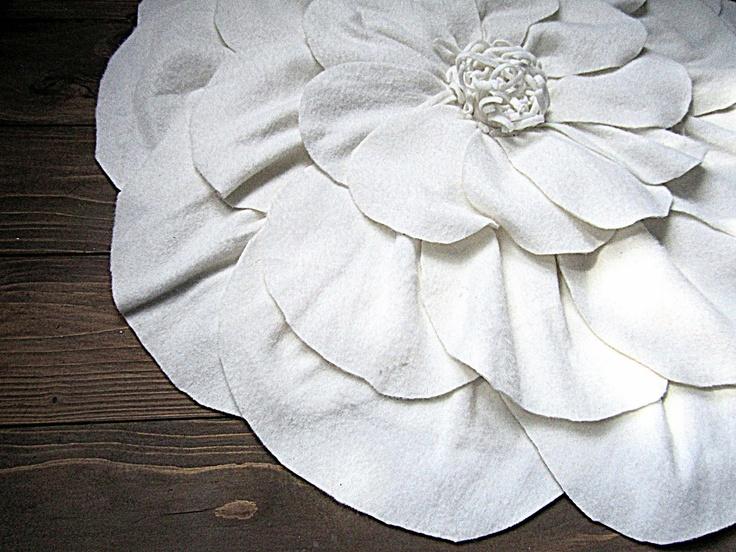 DIY rug made from IKEA blanket: Diy Crafts Ideas, Flowers Rugs, Diy Cushions, Blankets Cushions, Bathroom Rugs, Ikea Blankets, Decor Diy, Diy Rugs, Cushions Rugs