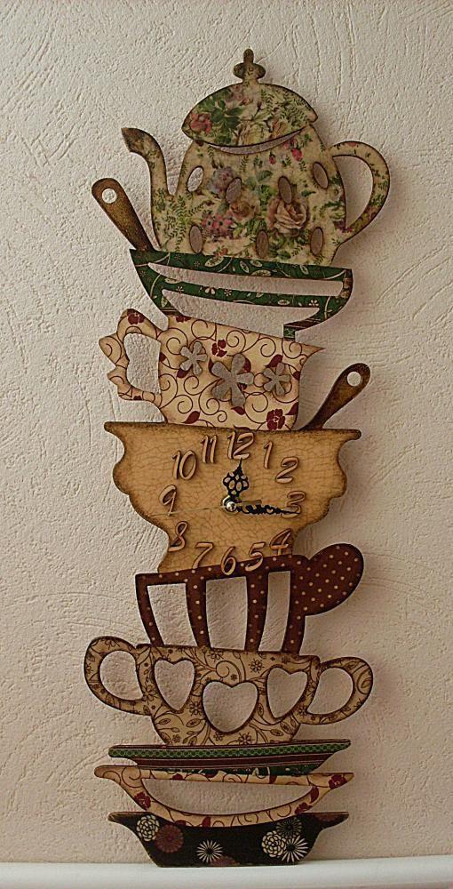Xícaras e bule relógio, todos decorados em vintage.