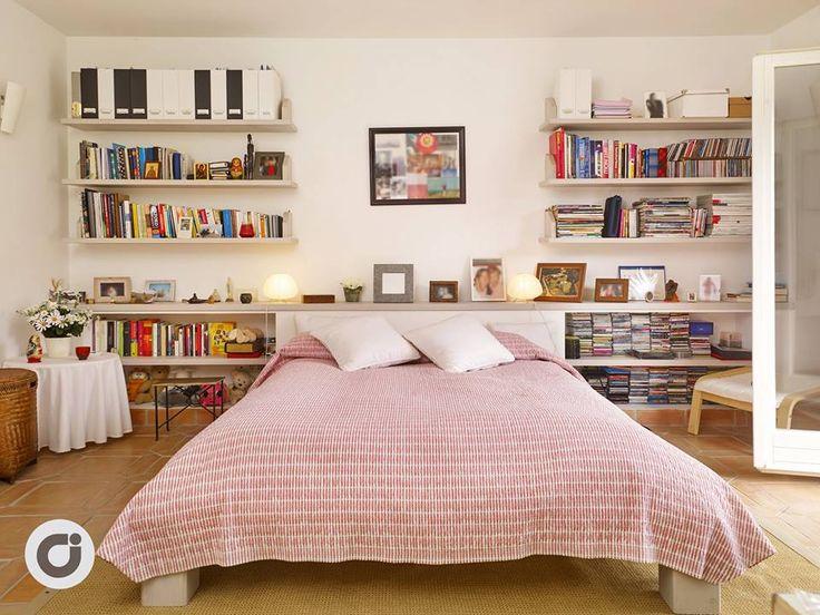 La habitaci n principal tiene una cama de matrimonio y una for Que medidas tiene una cama semidoble