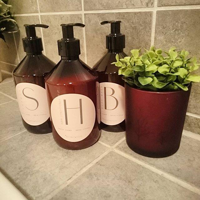 På badekarskanten akkurat nå  shampo, balsam og bodywash fra Bloomingville. Hele settet kostet 477 kr. Eller 159 kr pr del.  Varer leeenge.  #bloomingville #shampoo #balsam #bodywash #såpe #baderom #baderomsinspirasjon #dinevakreting