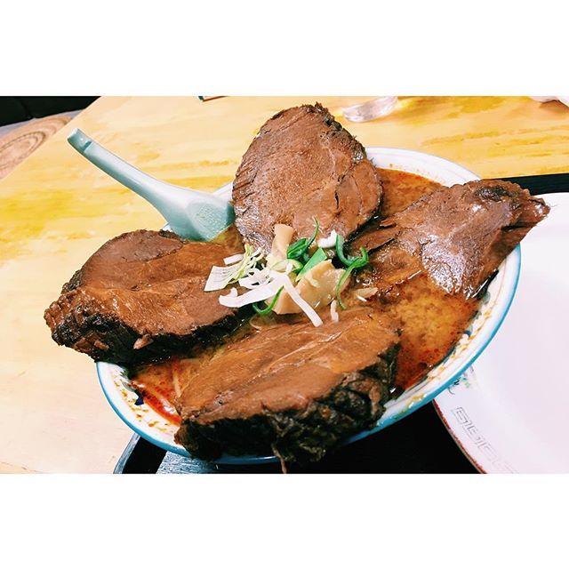 2017.04/05. ・ こっちに来て初のデブ活.🐷 ・ ・ #ramen #big #meet #food  #instafood #instagood  #味の一龍 #ラーメン #肉  #チャーシュー #ジャンボ  #地獄ジャンボチャーシュー1丁目 #1丁目は辛さの目安 #1番低い #それにしても #大きい #美味しい