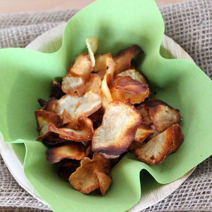 <p>Die Topinambur-Knollen schälen und mit einer Gemüsehobel oder einem Messer in dünne Scheiben schneiden. In reichlich Öl goldgelb backen. Die Chips auf Küchenpapier abtropfen lassen und mit etwas Salz würzen (je nach Geschmack auch mit anderen Gewürzen). Zu Salaten, Suppen oder Fleischgerichten servieren.<strong><br /><br />Tipp:</strong> Die Topinamburchips können auch fettarm im Backrohr zubereitet werden. Dazu die Topinamburscheiben regelmäßi...