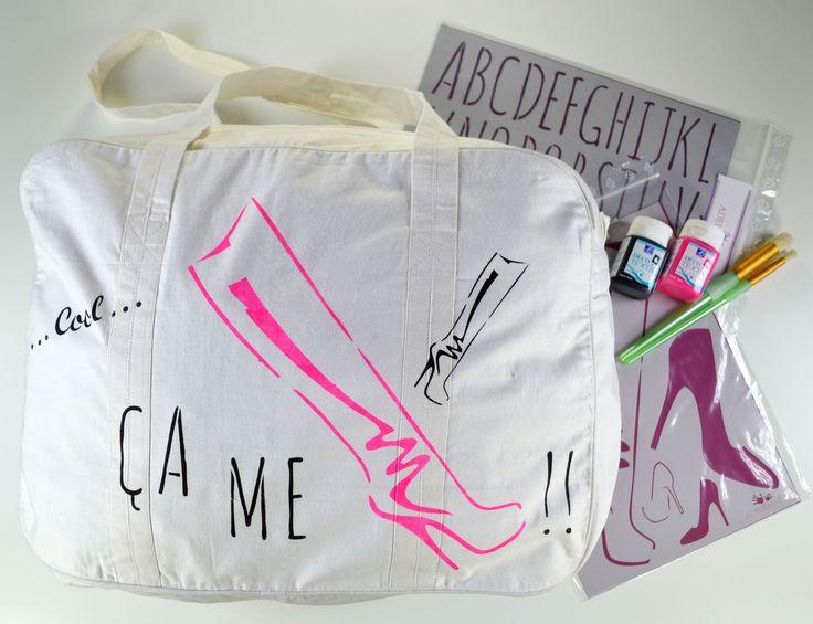Sac de voyage en coton blanc, pochoir Chaussures de fille A4, pochoir ABCDaire Lettres fines, peintures textiles et brosses à pocher - http://www.adeuxmains.fr