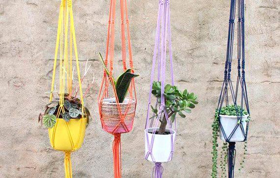 hanging plants / plantas penduradas O macramê colorido é da Hello Polly (https://hellopolly.com.au/yellow-macram%C3%A9-hanger). Outro link (http://skinnylaminx.com/2011/01/18/hanging-succulent-garden/) ensina  a fazer igual.