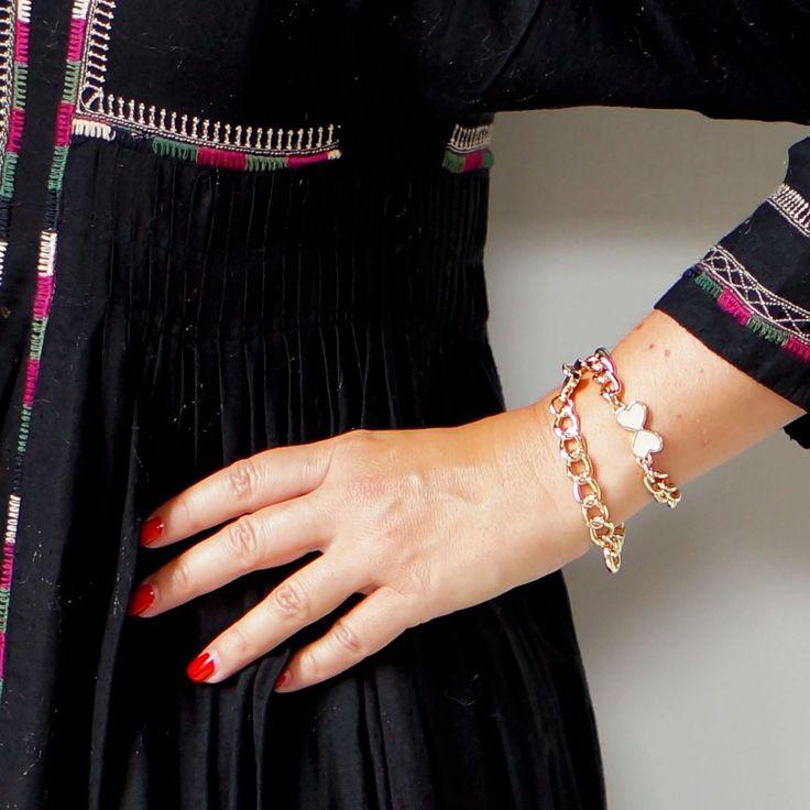 Utilisation sur poignet du sautoir de sac et bracelet «La cerise sur le…