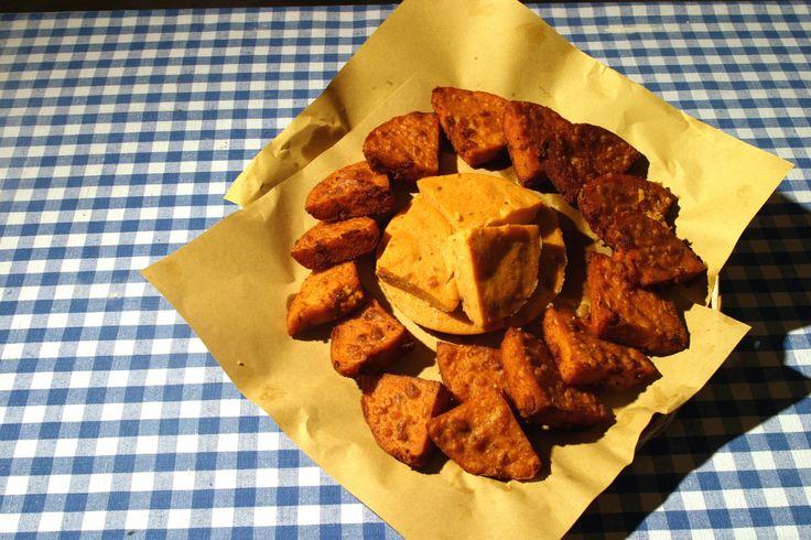 CAZZAGAI o cassagai è una pietanza reggiana preparata con fagioli borlotti che, una volta lessati, vengono tuffati nella polenta in cottura. Fagioli, lardo di prosciutto tagliato a dadin,i trito di rosmarino e aglio. Una volta che la polenta è ben cotta, unire il soffritto e abbondante parmigiano reggiano.